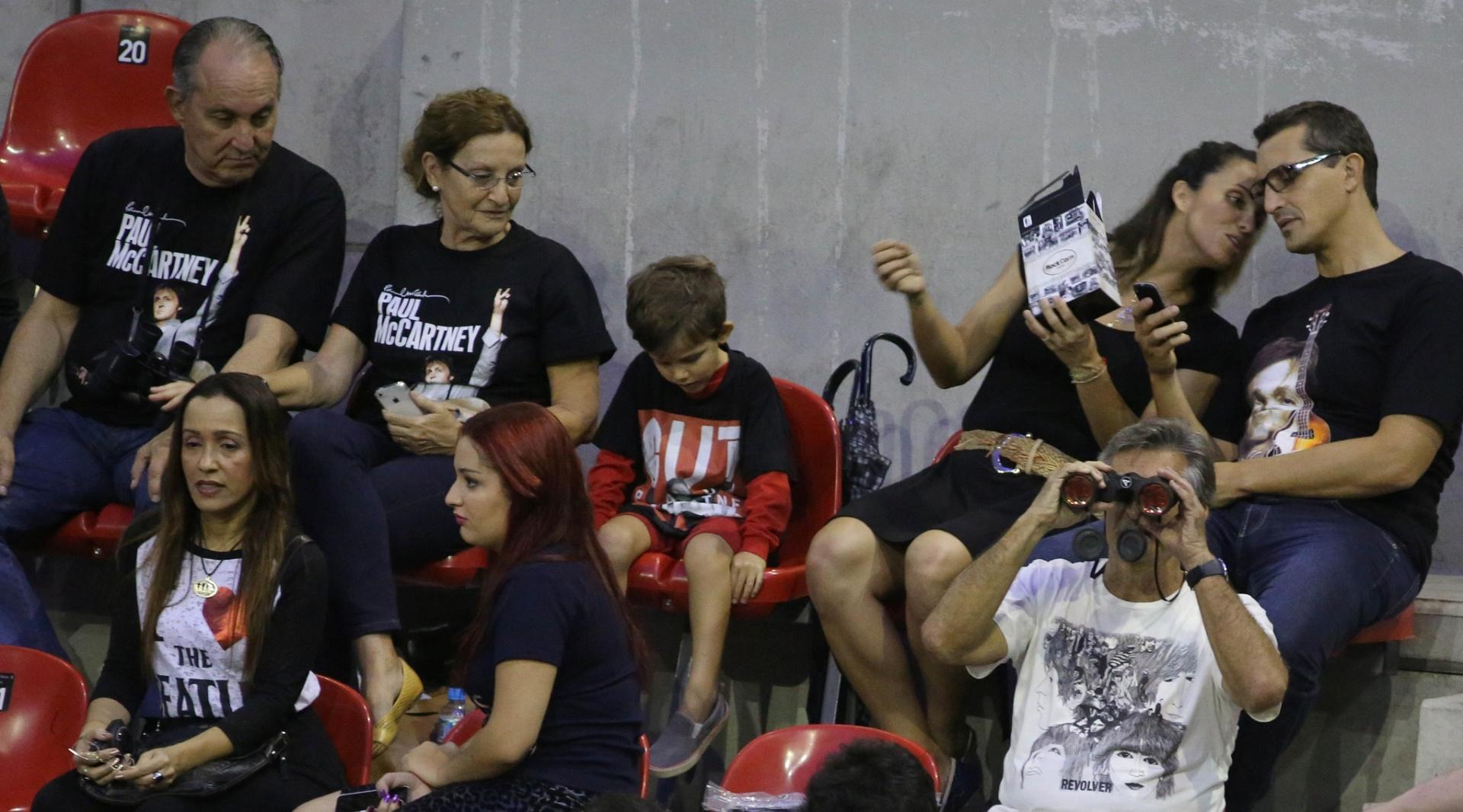 12.nov.2014 - Camisetas dos Beatles ou de Paul tomaram conta da plateia -- que ia de crianças a senhores --, no HSBC Arena, no Rio, no segundo show do compositor no Brasil