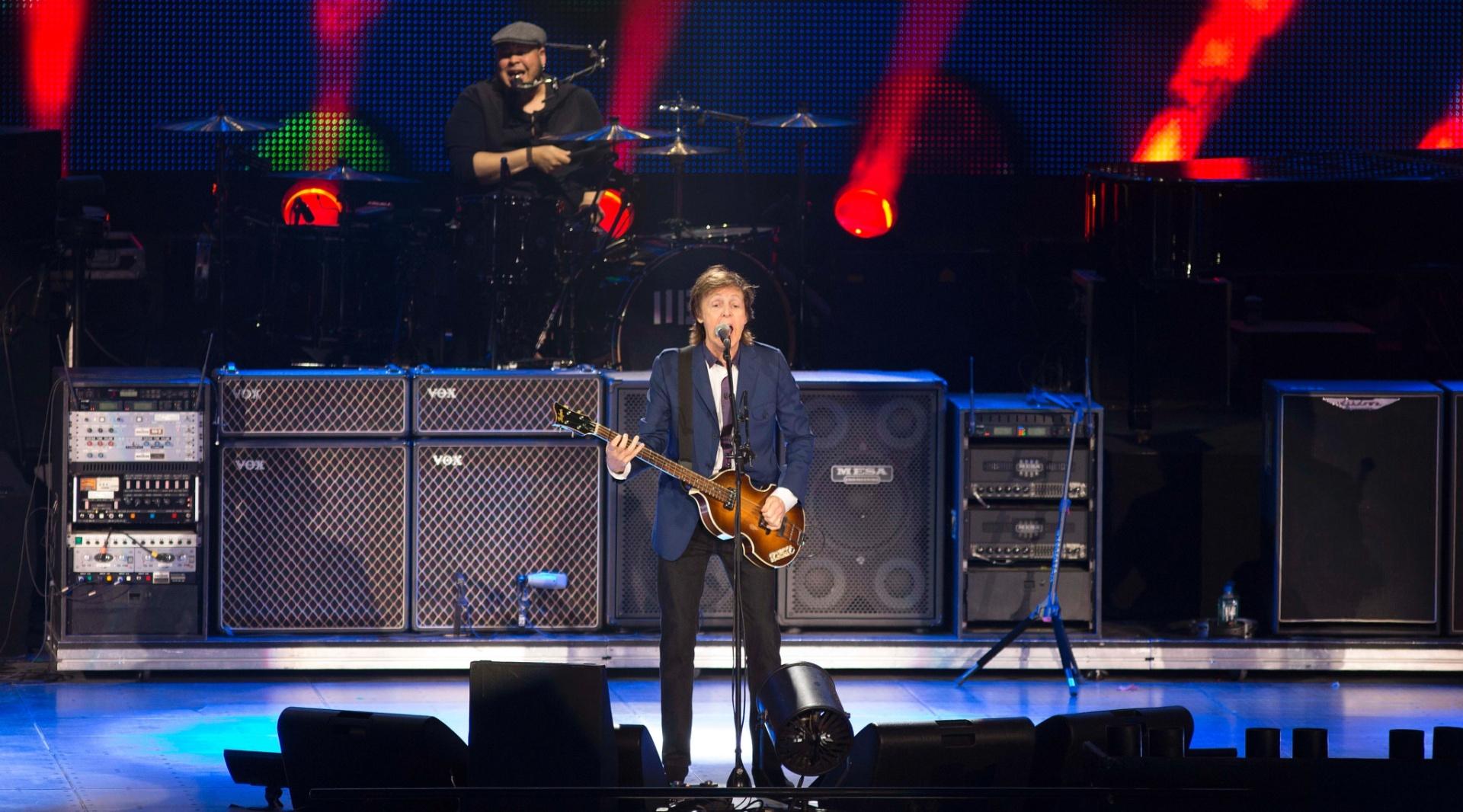 12.nov.2014 - Em show mais íntimo, público conseguiu ver Paul McCartney de perto no HSBC Arena, no Rio de Janeiro
