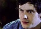 Caíque se assusta quando Bella diz que ele fez algo errado em