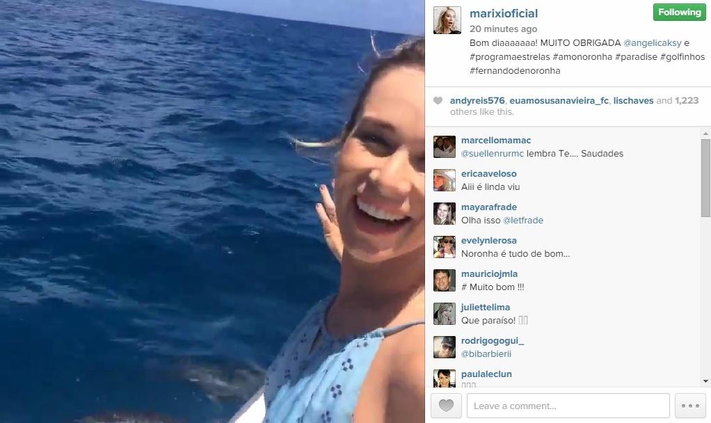 A atriz Mariana Ximenes mostra os golfinhos no mar de Fernando de Noronha. Ela estava no local para gravar uma participação no programa