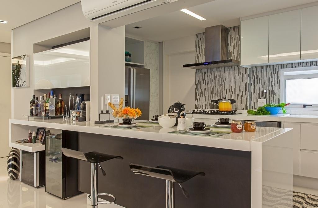 Na cozinha idealizada pela arquiteta Cristiane Schiavoni, o cinza aparece em vários suportes (cerâmica, revestimento do balcão, etc.) por combinar bem com outras cores. Aqui, o matiz foi aliado ao branco, ao metalizado e ao preto
