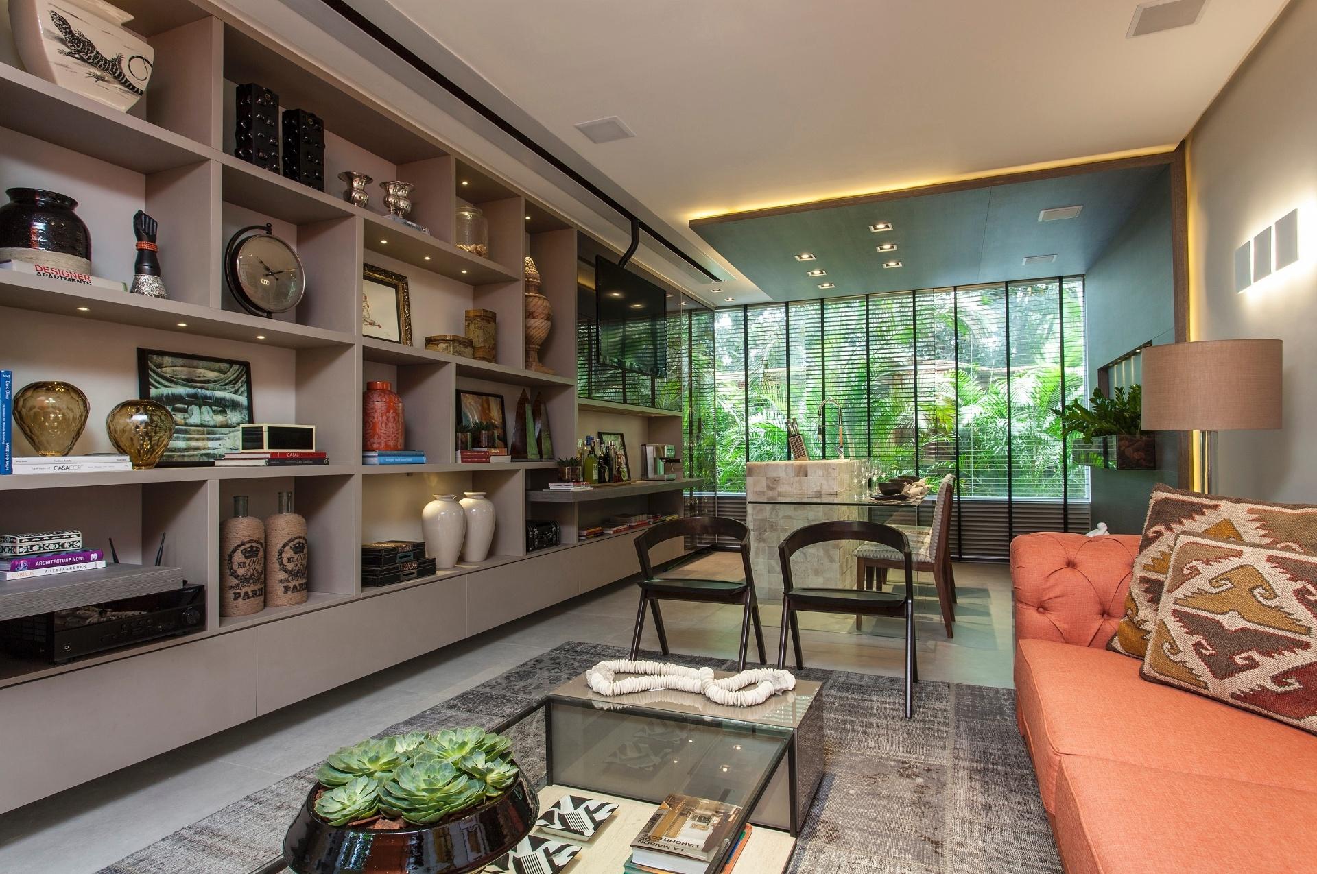 Os elementos e materiais utilizados no Studio do Diplomata, de Rebecca de Gonzaga, seguem a linha contemporânea. No entanto, a arquiteta não deixa de lado o estilo clássico representado pelo sofá Chesterfield (à dir.),