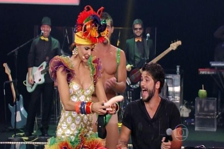 13.nov.2014 - Fernanda Lima convida Bruno Gagliasso e Giovanna Ewbank para brincar no palco e presenteia o ator com um pênis de borracha no