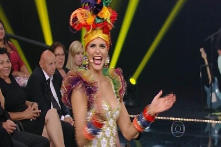 "13.nov.2014 - Fernanda Lima se veste de Carmen Miranda no ""Amor & Sexo"" e canta ""Tico-Tico no Fubá"" desta quinta-feira"