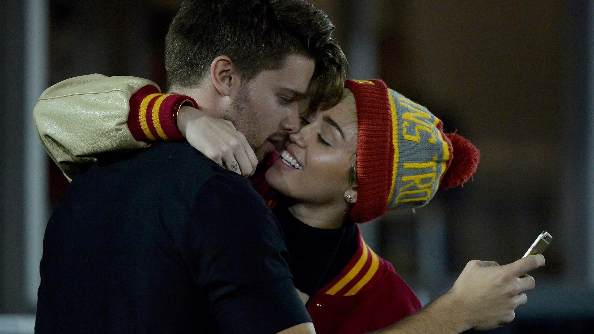 13.nov.2014 - Miley Cyrus e Patrick Schwarzenegger tiram selfie em clima de romance durante jogo em Los Angeles
