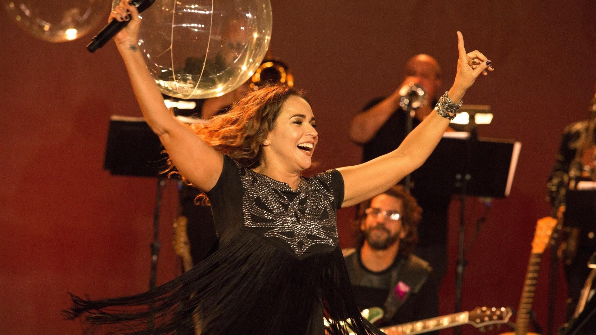 Daniela Mercury comanda a plateia ao som de