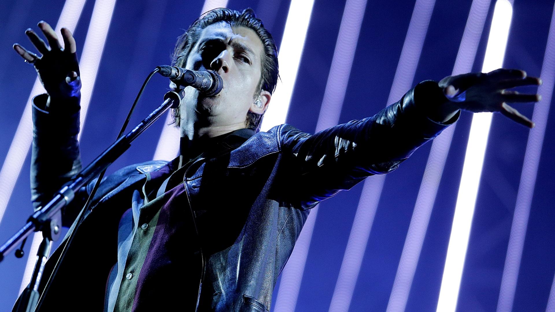 14.nov.2014 - Em noite chuvosa, Arctic Monkeys sobe ao palco da Arena Anhembi, zona norte de São Paulo, nesta sexta-feira. Em clima de cabaré indie, a banda britânica traz ao Brasil a turnê do álbum ?AM?, o quinto da banda, lançado no ano passado, que também vem sendo apresentado na América do Sul desde o último dia 4, quando a banda tocou na Colômbia