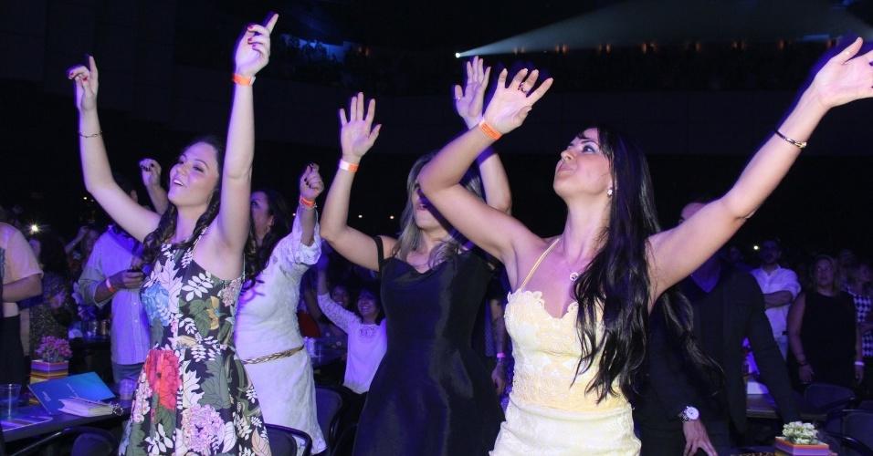 14.nov.2014 - Graciele Lacerda se diverte no show do namorado, Zezé di Camargo, com o irmão Luciano, no Citibank Hall, na Barra da Tijuca, zona oeste da capital fluminense. A dupla traz ao Rio de Janeiro a turnê