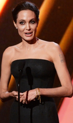 15.nov.2014 - Angelina Jolie anuncia prêmio do Hollywood Film Awards 2014
