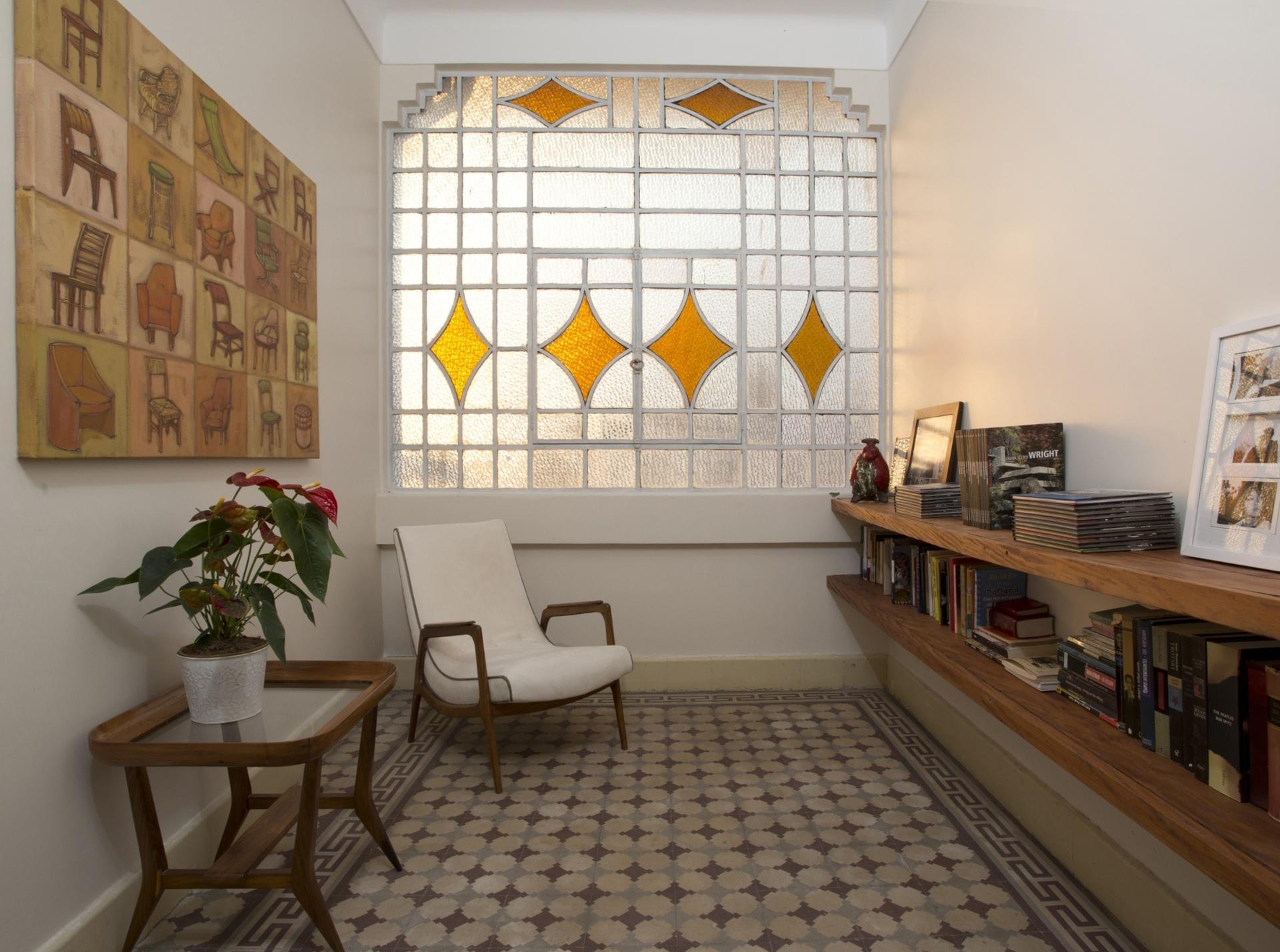 A sala de leitura no pavimento superior é o canto mais charmoso da residência na Liberdade, Sos anos 1950. O ambiente tem vitrô em esquadria de ferro: