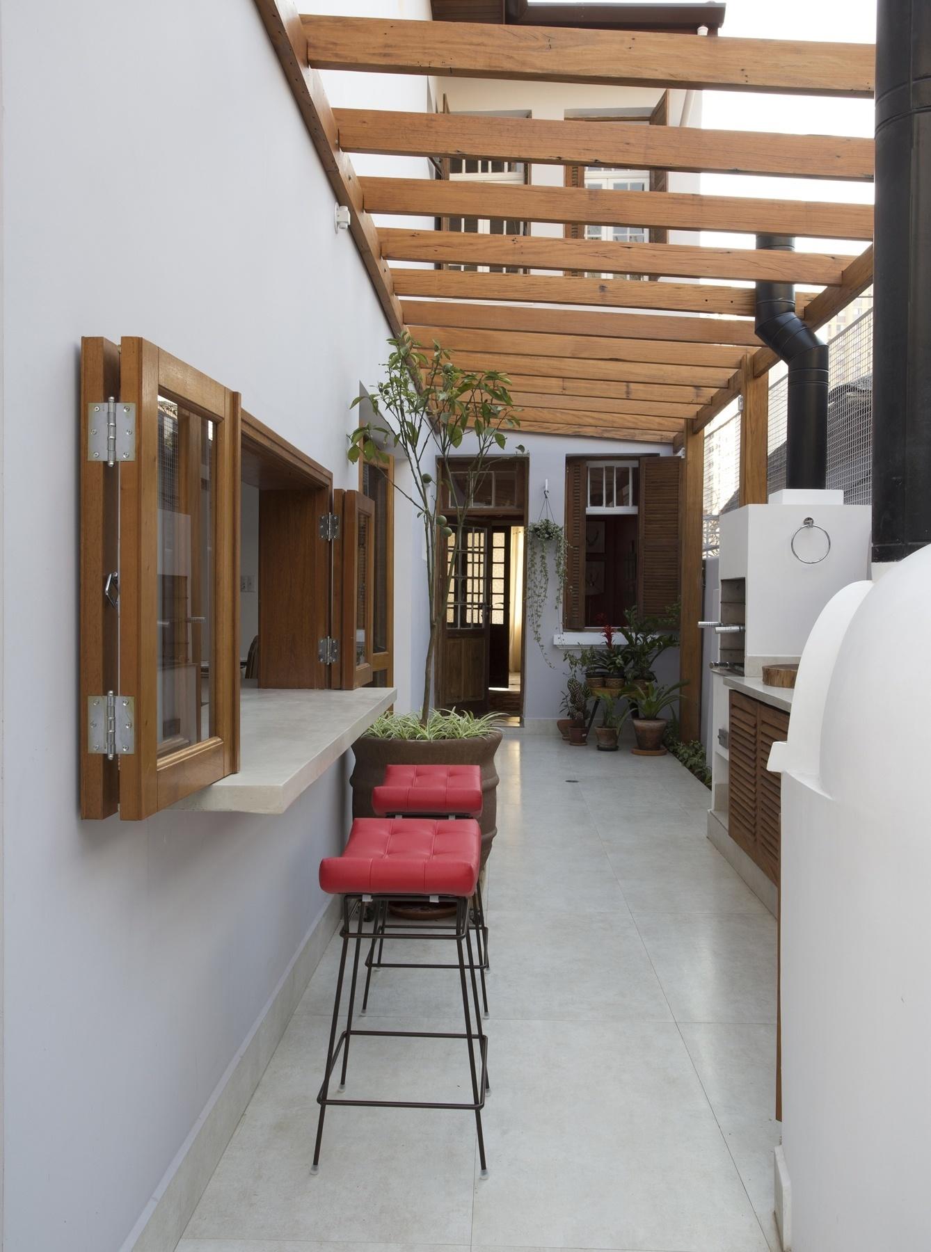 #8B6240  de pizza além de um pergolado em madeira de demolição. O projeto 1338x1800 px Projetos De Cozinhas Externas Pequenas #565 imagens