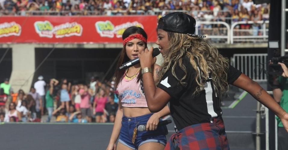 16.nov.2014 - Anitta e MC Ludmilla se apresentam juntas no evento promovido pela rádio FM O Dia, no rio de Janeiro. As duas capricharam no shotinho