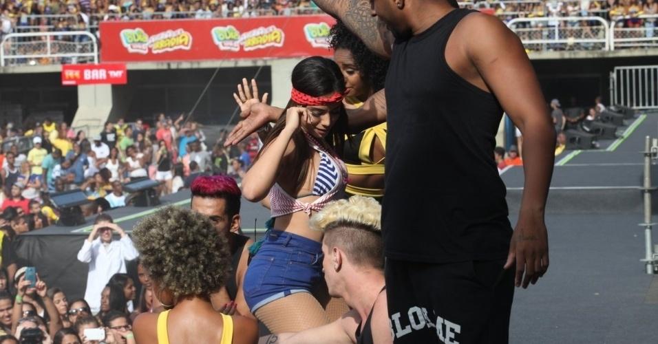 16.nov.2014 - De shortinho, Anitta sensualiza com seus bailarinos no evento promovido pela rádio FM O Dia, no Rio de Janeiro