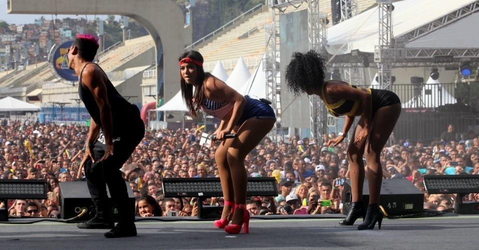 16.nov.2014 - De shortinho, Anitta sensualiza com suas bailarinas no evento promovido pela rádio FM O Dia, no Rio de Janeiro