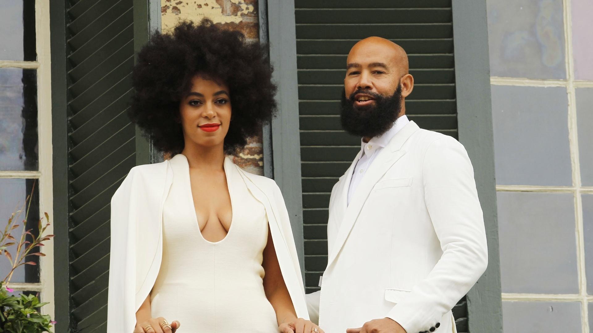 16.nov.2014 - A cantora Solange Knowles e o diretor Alan Ferguson posam em sacada de prédio antes de oficializarem a união, em Nova Orleans