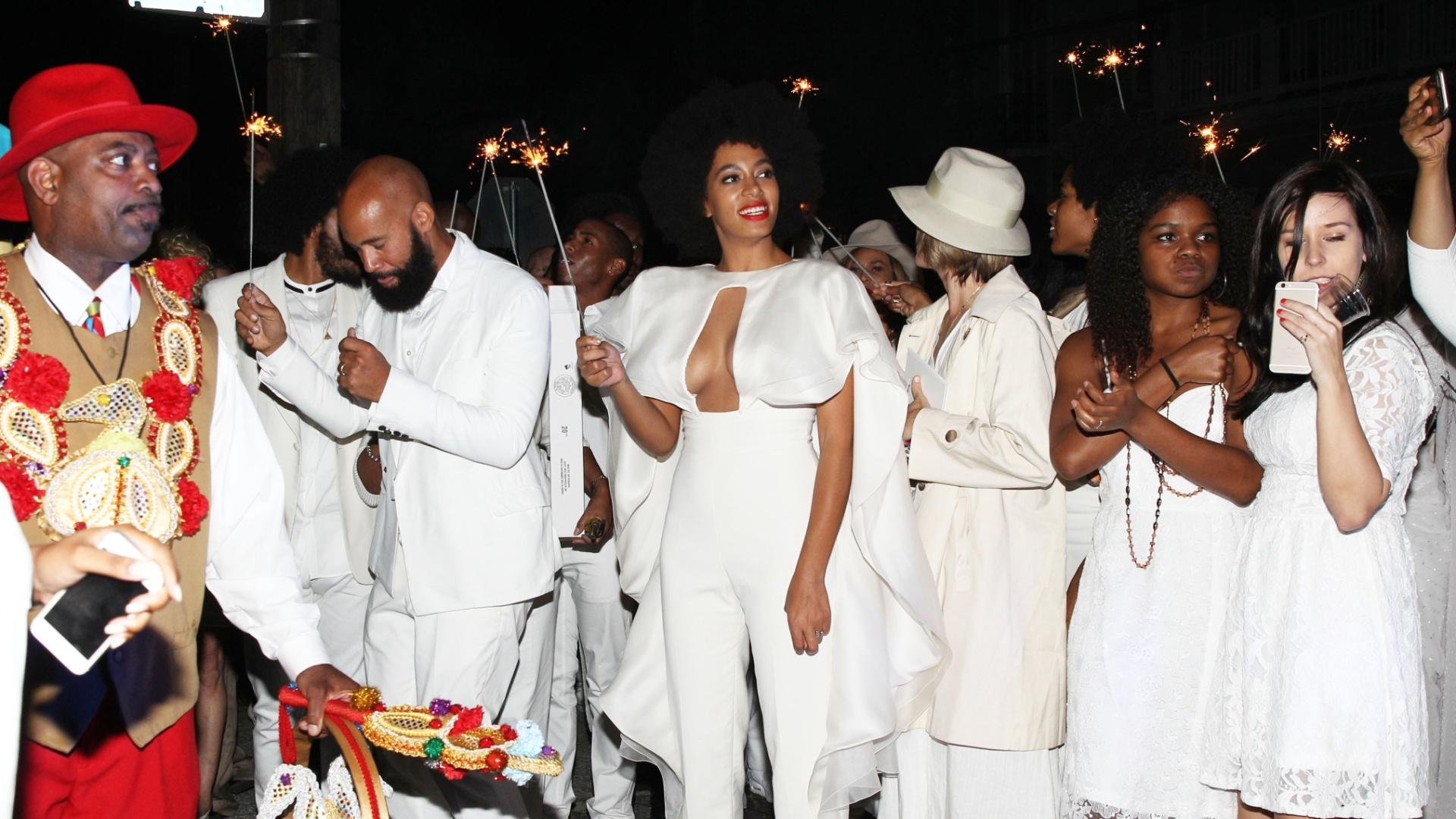 16.nov.2014 - Após cerimônia de casamento, a cantora Solange Knowles, o diretor Alan Ferguson e seus convidados comemoram a união com festa nas ruas de Nova Orleans