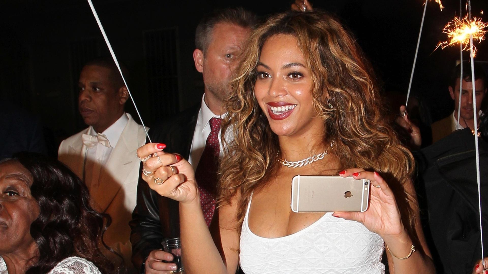 16.nov.2014 - Com celular na mão, Beyoncé curte a festa de casamento da irmã Solange, nas ruas de Nova Orleans