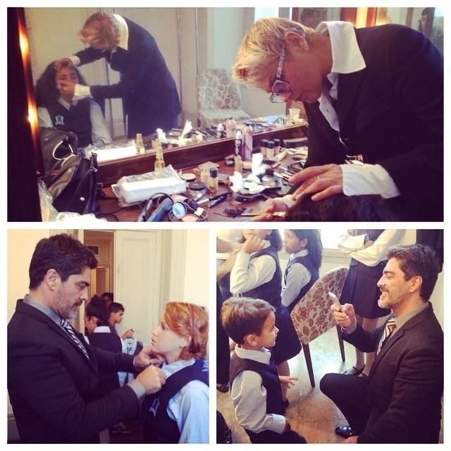 17.nov.2014 - Xuxa e o namorado, Junno Andrade, ajudam a arrumar o coral de crianças da Fundação Xuxa Meneghel, que se apresenta no Prêmio Juíza Patrícia Acioli, no Teatro Municipal, no Rio, nesta segunda-feira (17)
