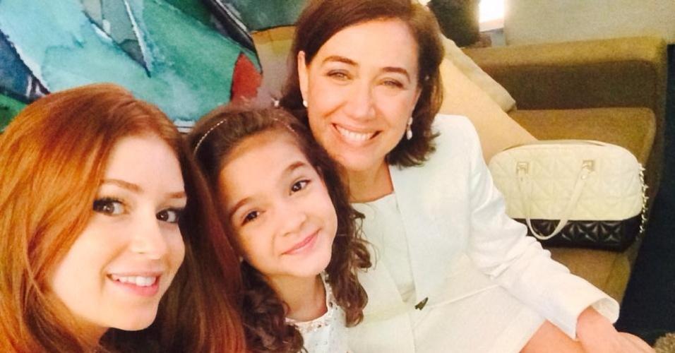 17.nov.2014- Marina Ruy Barbosa, Mel Maia e Lilia Cabral posam juntas enquanto aguardam gravação da tradicional mensagem de fim de ano da Globo