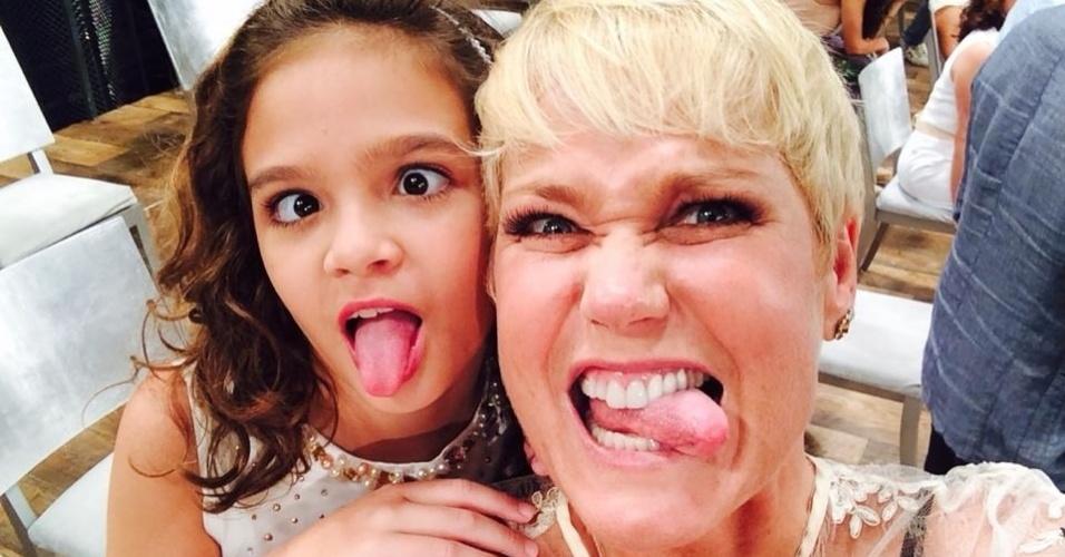 17.nov.2014- Mel Maia e Xuxa fazem caretas nos bastidores da gravação da mensagem de fim de ano da Globo