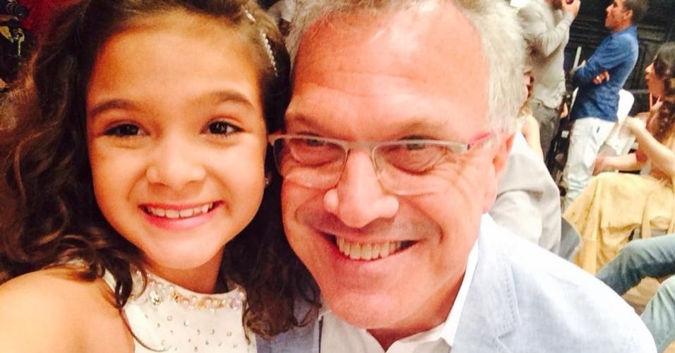 17.nov.2014- Pedro Bial posa sorridente ao lado da atriz mirim Mel Maia