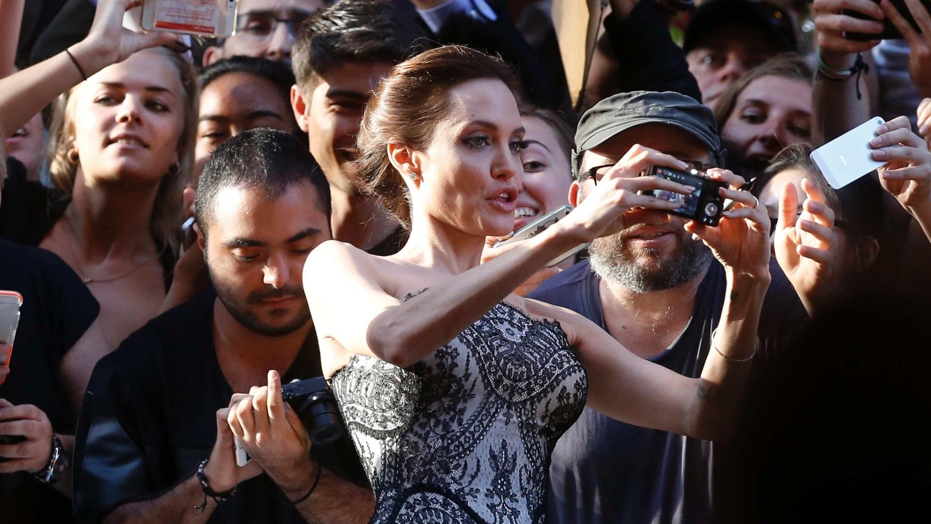 Angelina Jolie tira selfie com fãs durante a estreia de