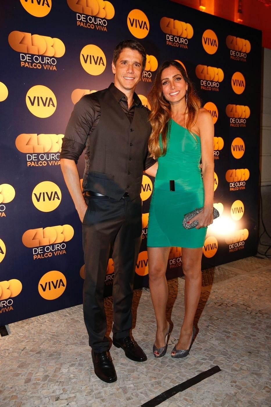 17.nov.2014 - Apresentador da nova fase, Márcio Garcia chega com a mulher, Andréa, à exibição do primeiro