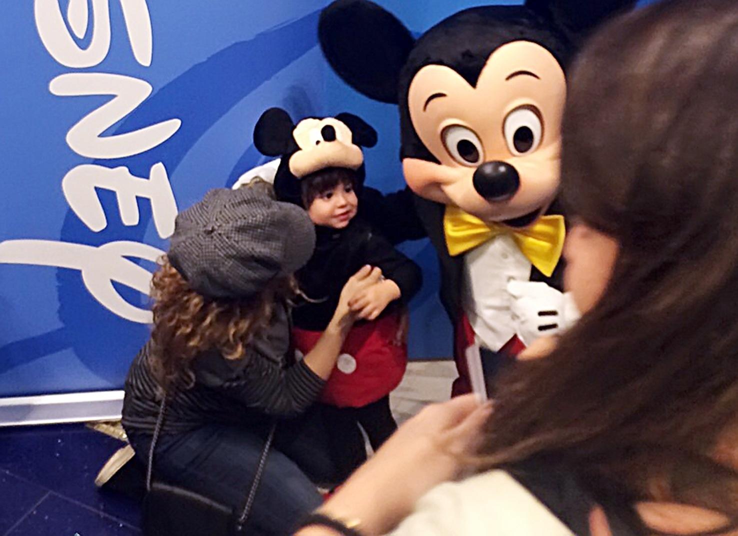 18.nov.2014 - Vestido a caráter, o menino interagiu com o personagem Mickey. Milan completa dois anos em 22 de janeiro de 2015.