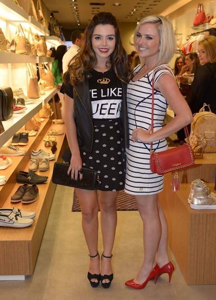 18.nov.2014 - Giovanna Lancellotti e Nathália Rodrigues se divertem na inauguração de uma loja de sapatos em um shopping na zona norte de São Paulo, na noite desta terça-feira