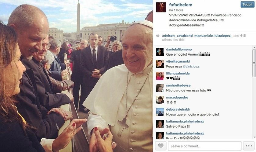 19.nov.2014 - Fafá de Belém conhece o Papa Francisco e o cumprimenta com um aperto de mãos. No Vaticano, a cantora, católica devota, comemorou o momento.