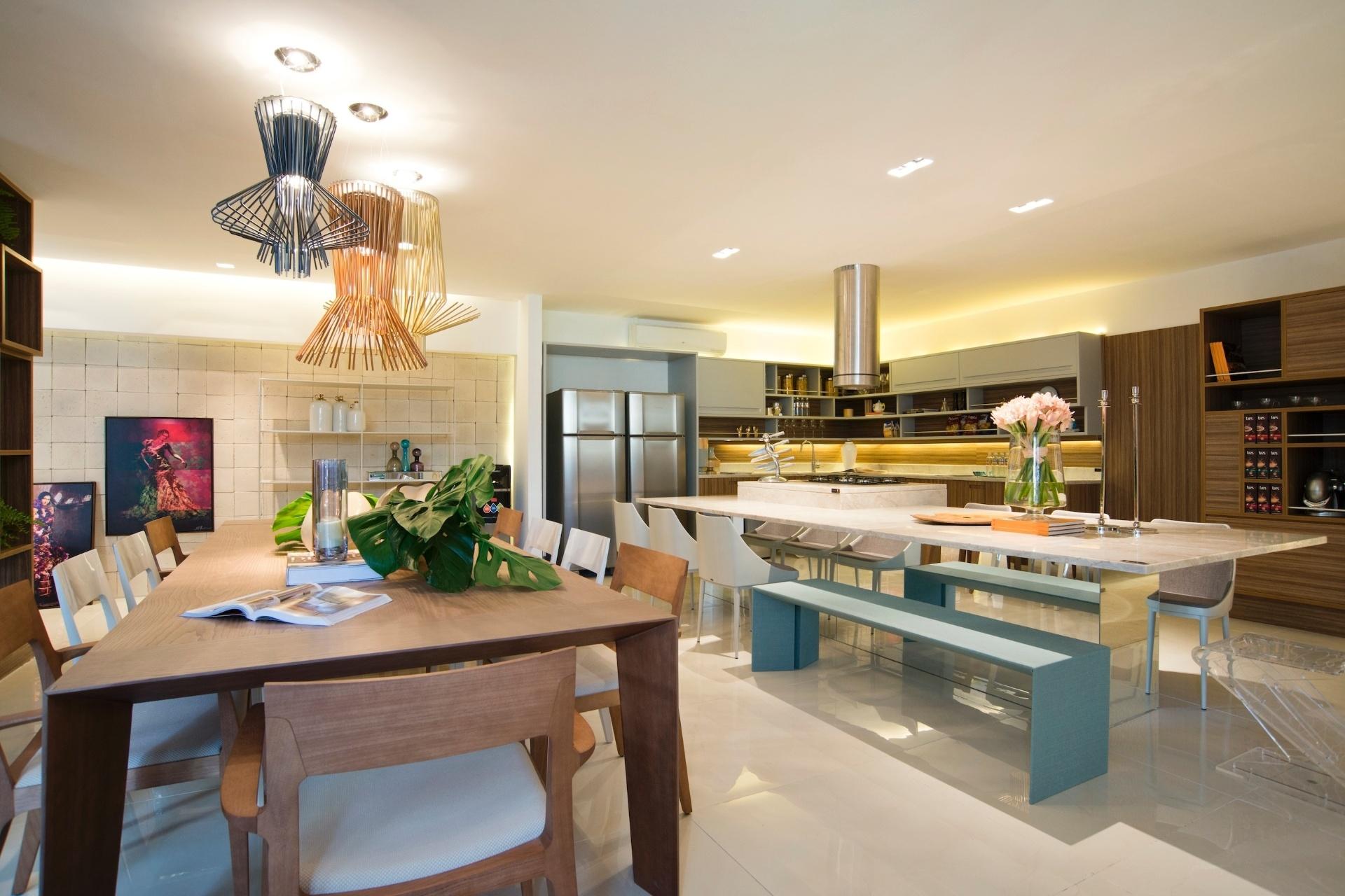 tem cozinha e sala de jantar completamente integradas. A marcenaria e  #9B6B30 1920 1280