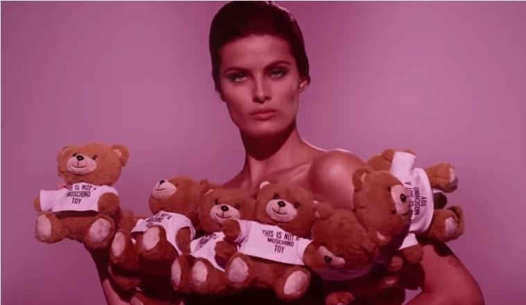 Isabeli Fontana estrela nova campanha da Moschino, para o perfume Toy