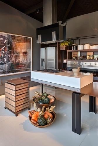 O Studio Experimental do Chef, de Luciana Savassi e Marcos Rodrigues de Paula, é uma homenagem ao chef mineiro Felipe Rameh. No espaço gourmet, o mobiliário tem traços econômicos e retos e um