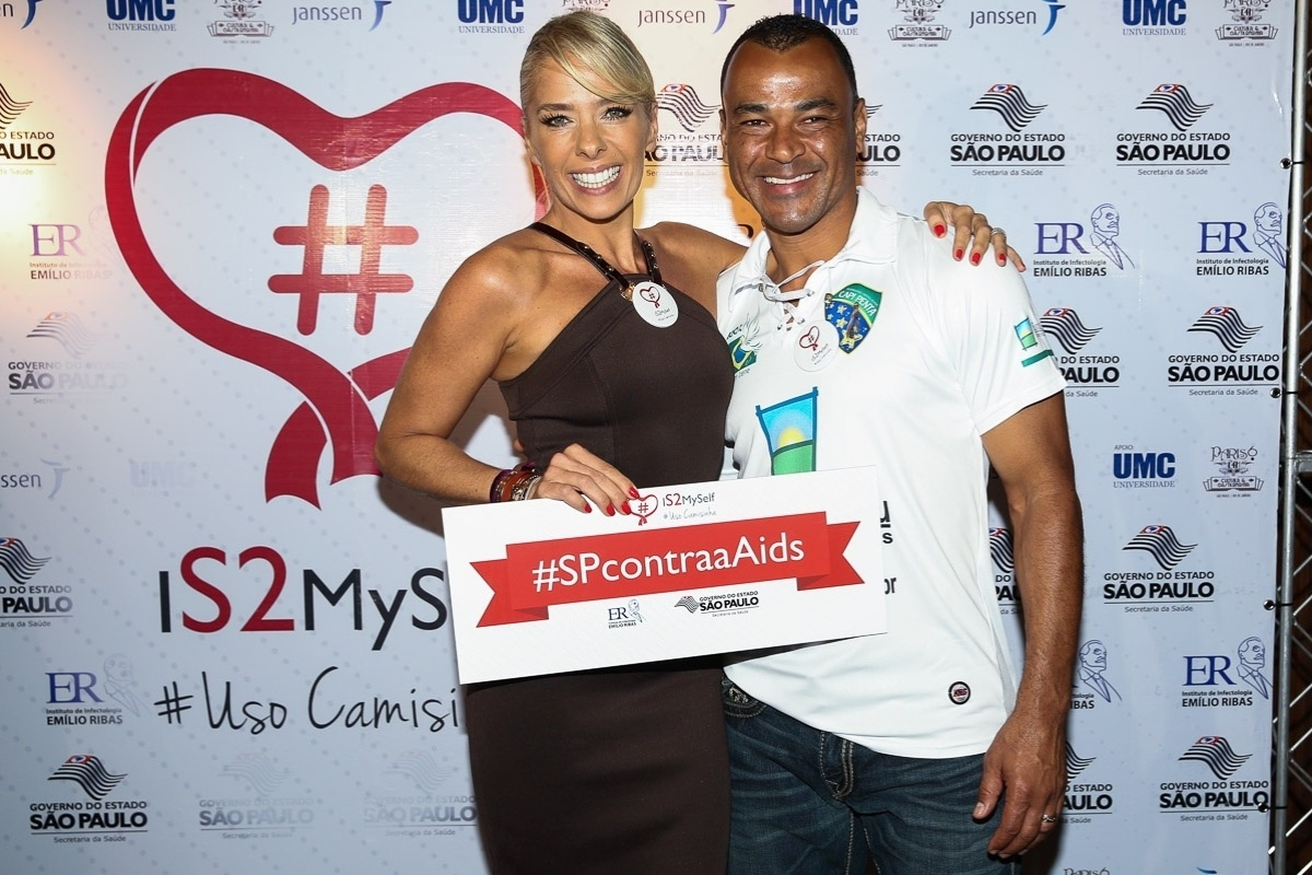 19.nov.2014 - Adriane Galisteu e o ex-jogador de futebol Cafu se encontram no lançamento da campanha