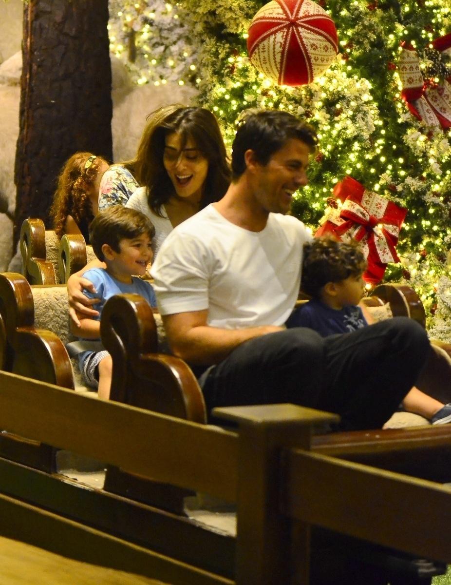 21.nov.2014 - Juliana Paes se diverte com o marido, Carlos Eduardo Baptista, e os filhos, Pedro e Antônio, num shopping da Barra, no Rio, já decorado para o Natal