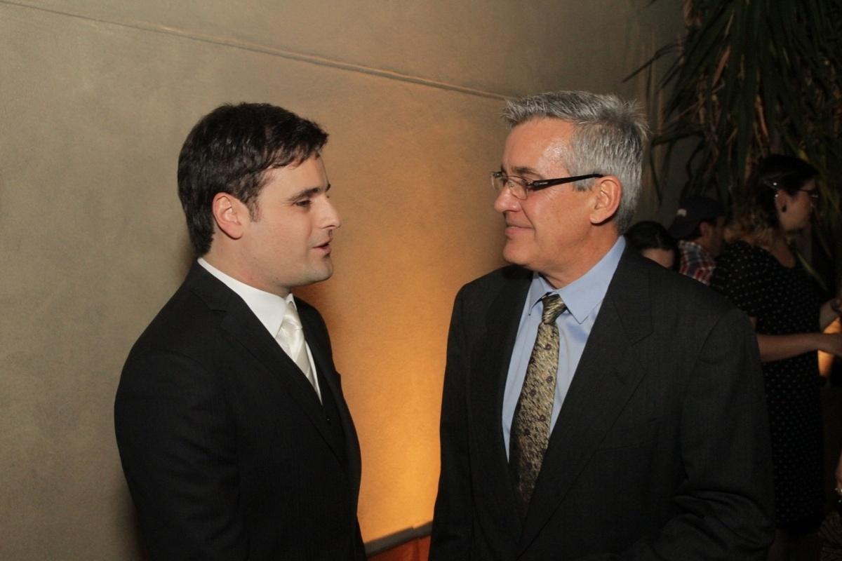 21.nov.2014 - O noivo, Rodrigo Scarpa, conversa com o jornalista Mauro Naves