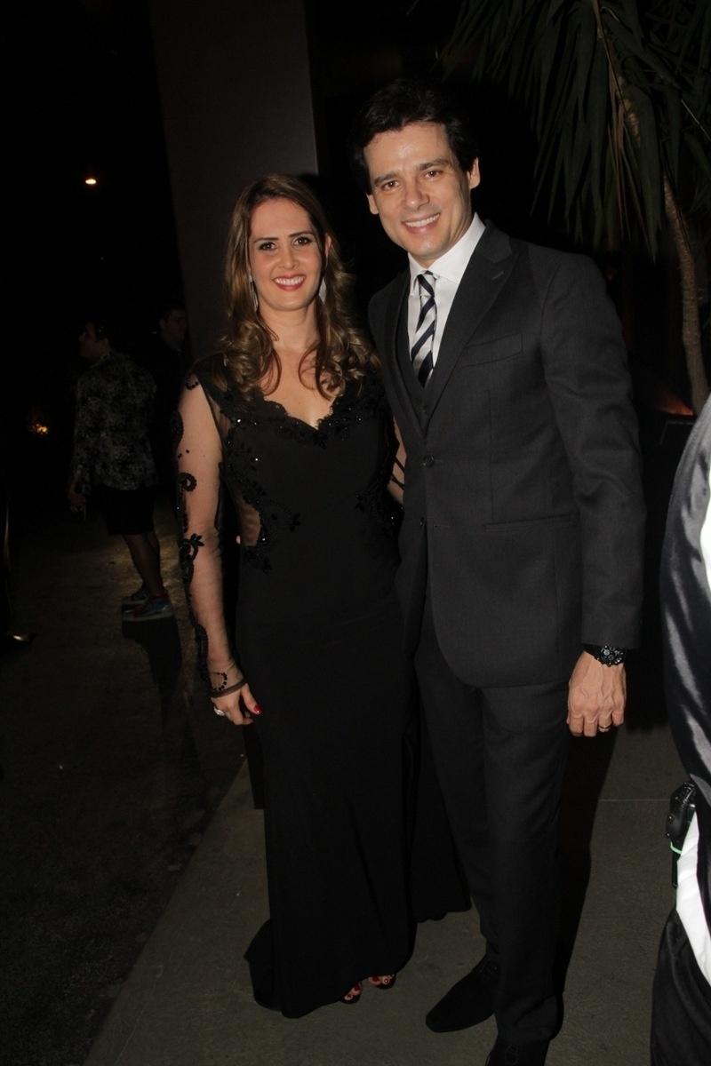 21.nov.2014 - Celso Portiolli é acompanhado pela mulher, Suzana, no casamento de Rodrigo Scarpa, o