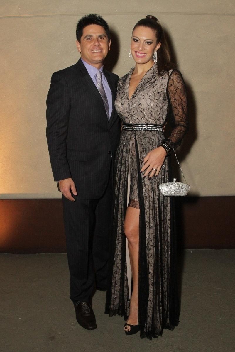 21.nov.2014 - César Filho e Elaine Mickely chegam ao casamento de Rodrigo Scarpa, o