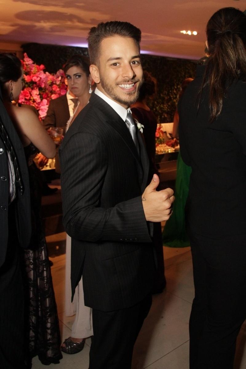 21.nov.2014 - Junior Lima cumprimenta os fotógrafos na festa de casamento de Rodrigo Scarpa, o