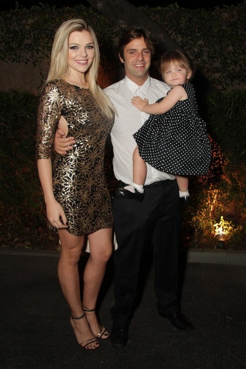 21.nov.2014 - O comediante Fábio Rabin, a mulher, Camila Pinheiro, e a filha, Beatriz, vão ao casamento de Rodrigo Scarpa, o