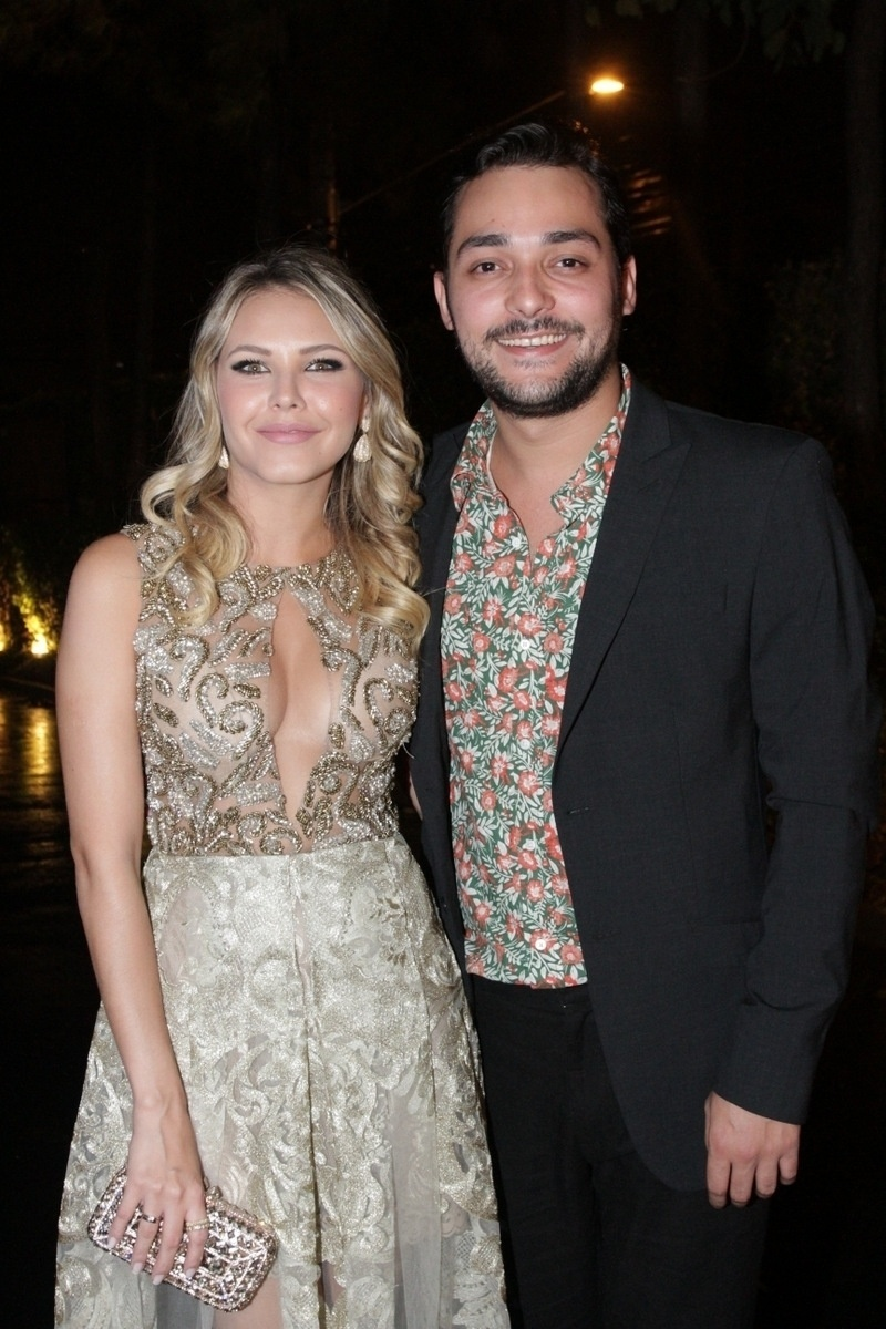 21.nov.2014 - O humorista Eduardo Sterblitch leva a namorada, Louise D'Tuani, à festa de casamento de Rodrigo Scarpa, o
