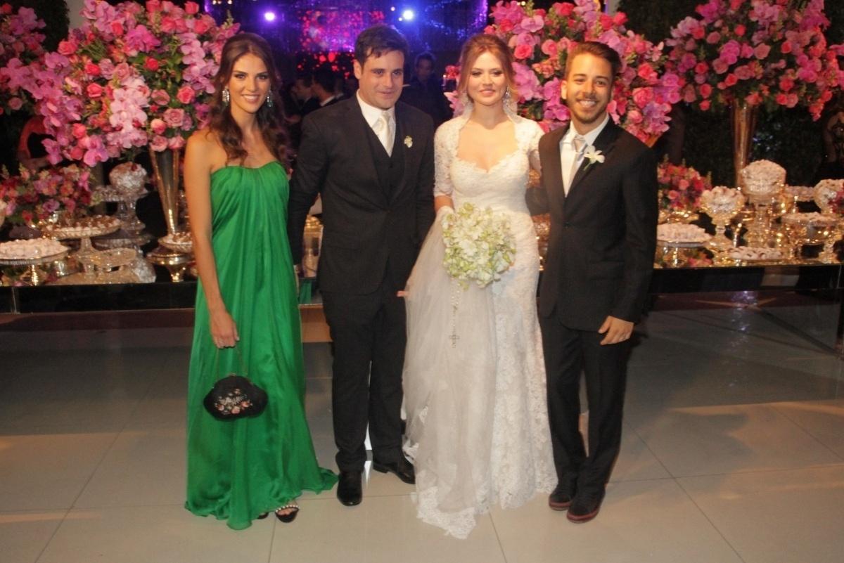 21.nov.2014 - O novo casal Rodrigo Scarpa e Gabi Baptista posam para a foto oficial entre os padrinhos Junior Lima e Monica Benini no Espaço Villa Lobos, zona oeste de São Paulo, nesta sexta-feira