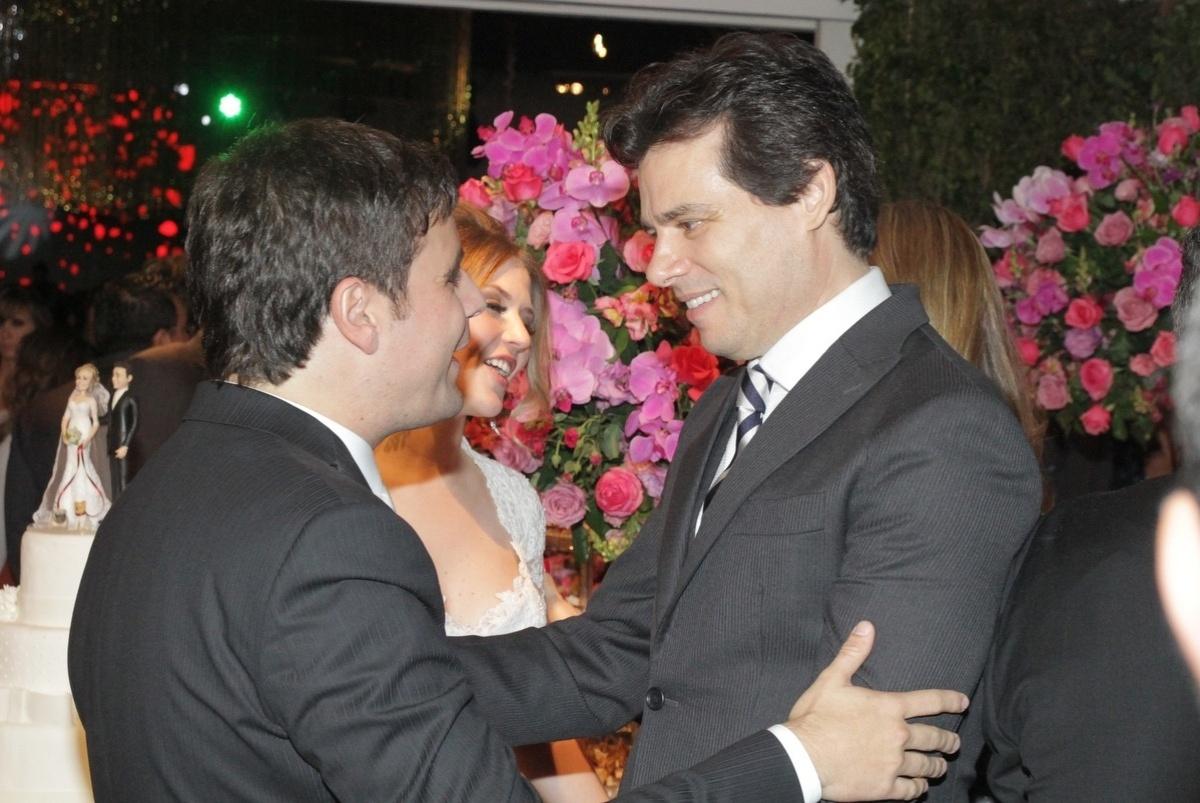 21.nov.2014 - Rodrigo Scarpa e Gabi Baptista recebem os cumprimentos do apresentador Celso Portiolli após o casamento realizado no Espaço Villa Lobos, zona oeste de São Paulo, nesta sexta-feira