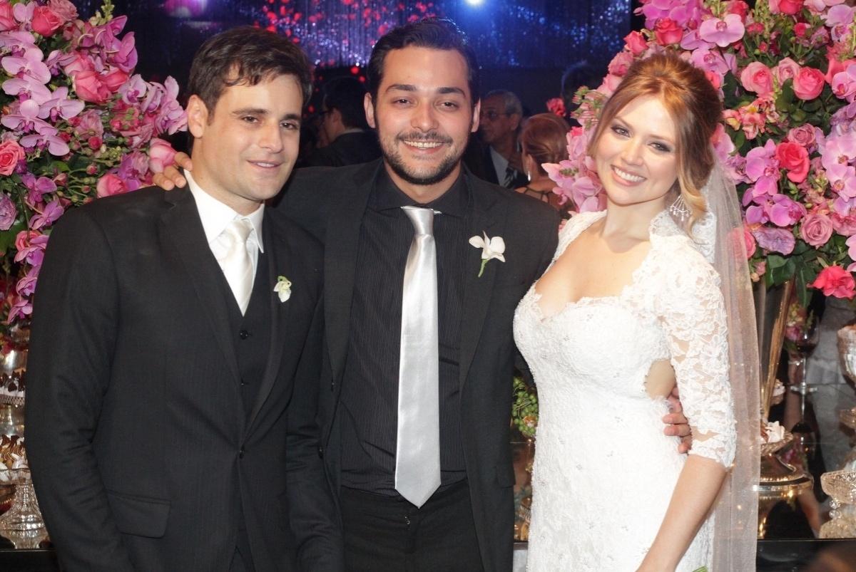 21.nov.2014 - Sozinho, Eduardo Sterblitch cumprimenta o novo casal Rodrigo Scarpa e Gabi Baptista no Espaço Villa Lobos, zona oeste de São Paulo, nesta sexta-feira