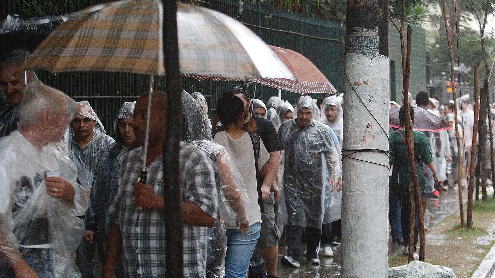 25.nov.2014 - Fãs enfrentam fila para entrar no Allianz Parque, em São Paulo, para o primeiro show do Paul MCCartney