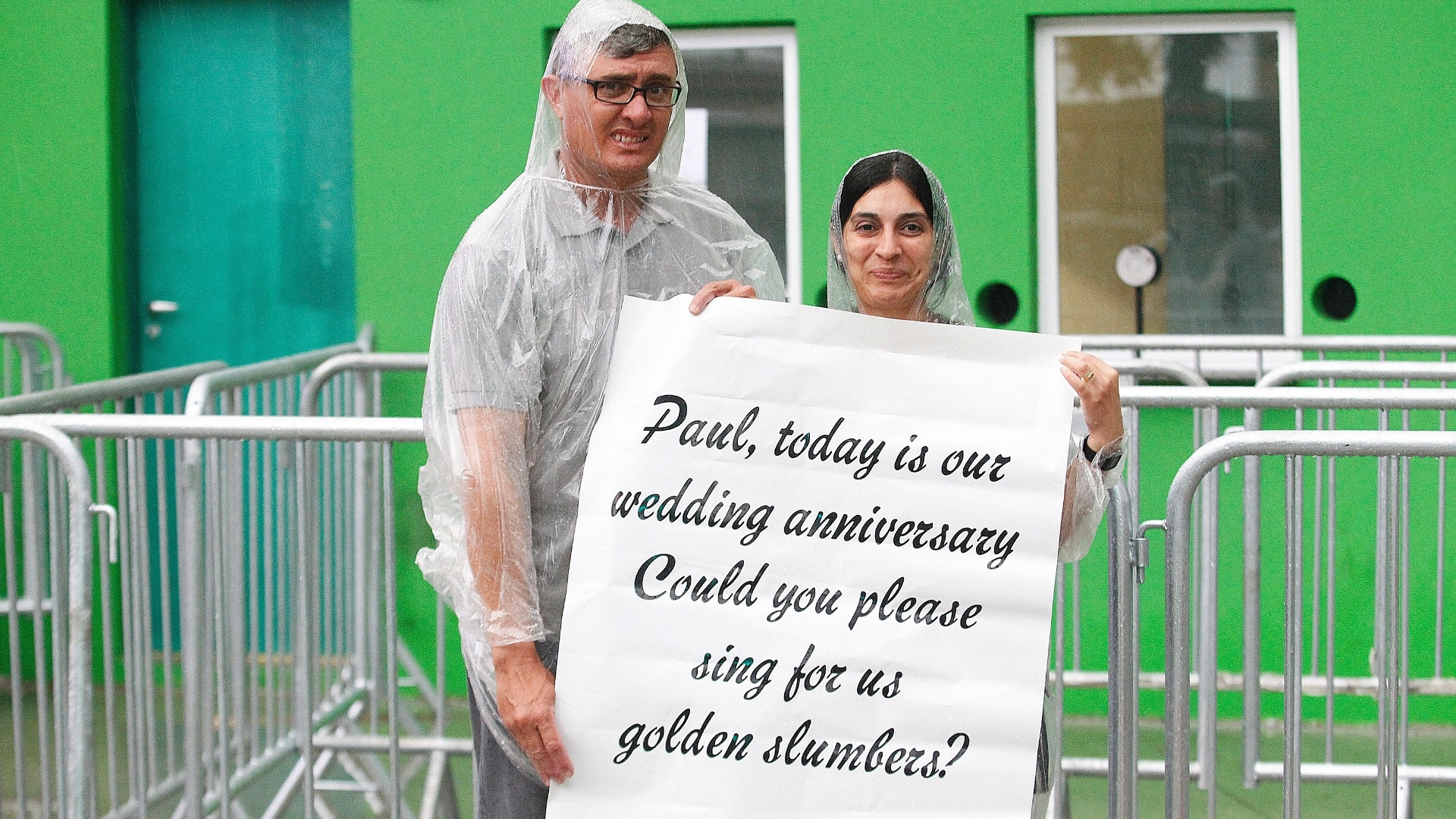 25.nov.2014 - O casal Maurício e Suzana Granjeiro comemora nesta terça (25) o aniversário de casamento. Saíram de Ibiúna, interior de São Paulo, com uma faixa pedindo a música