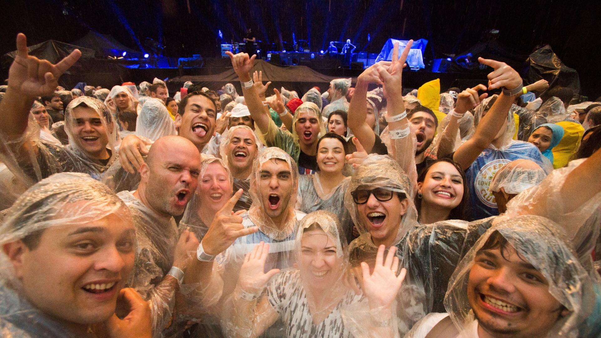 25.nov.2014 - Público aguarda, so b chuva, início do show do cantor Paul Mc Cartney no Allianz Parque, na zona oeste de São Paulo, onde ele apresentou a turnê