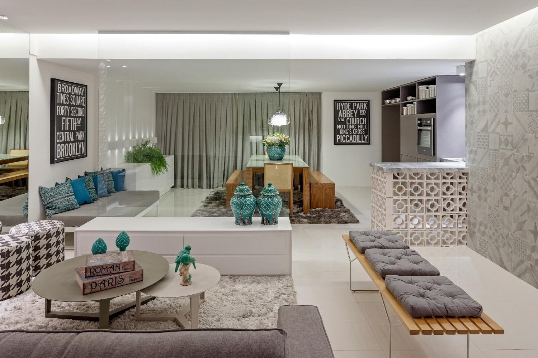 as tonalidades suaves de cinza definem o apartamento do jovem casal de #3B6666 1500 1000