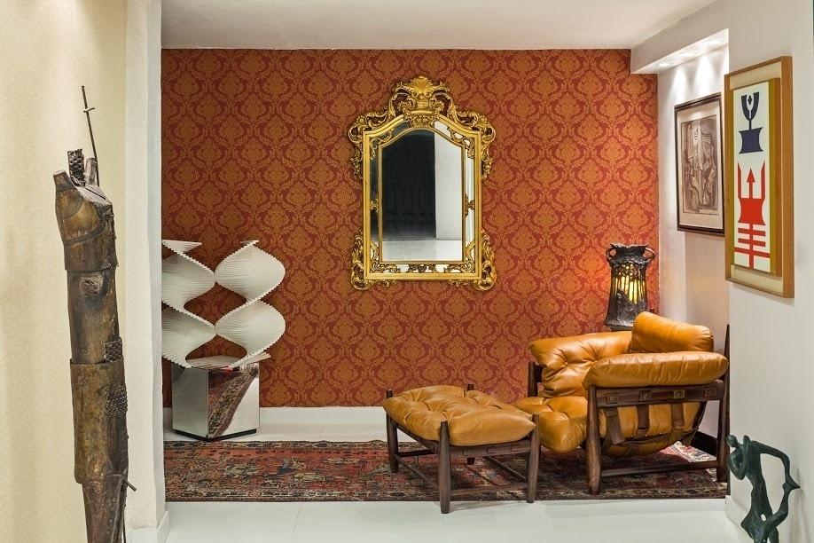 No Espaço do Colecionador - Circulação dos Quartos, Priscila Gabini, Tomas Zeymer e Elisângela Palmeira optaram por um papel de parede em estilo