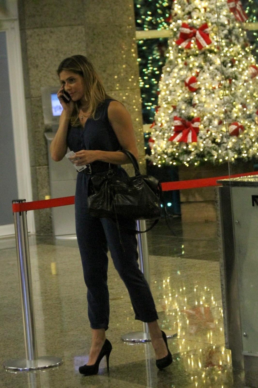 25.nov.2014 - Deborah Secco vai assistir ao seu filme
